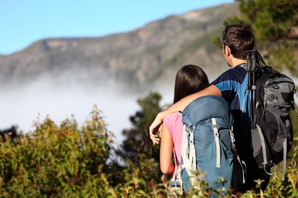 couple-on-adventure-vacation